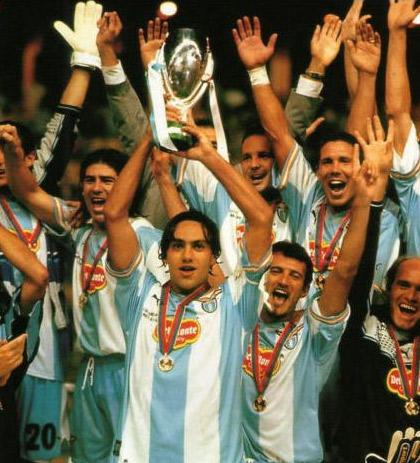 cupwinners_1999_nesta_celebrazio_trophy.jpg